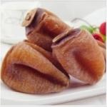 Хурма сушеная и вяленая на блюде